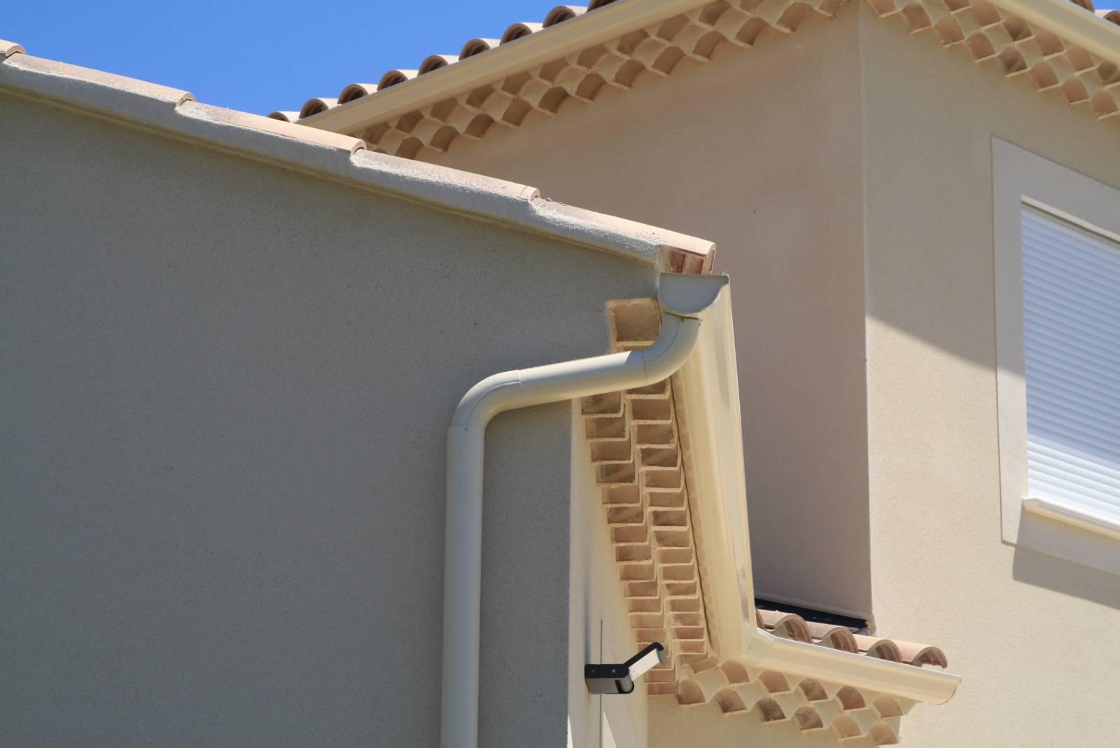 installation goutti re en aluminium forme demi ronde dr33 couleur ivoire 1001 goutti res. Black Bedroom Furniture Sets. Home Design Ideas